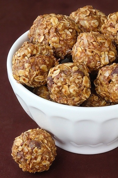 jenloss:  My favorite snack ever! So healthy!! No-Bake Energy Bites 1 cup (dry) oatmeal 1/2 cup chocolate chips 1/2 cup peanut butter 1/2 cup ground flaxseed 1/3 cup honey 1 tsp. vanilla