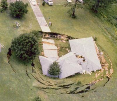 Massive sinkhole swallows house in Florida  típico de Dios