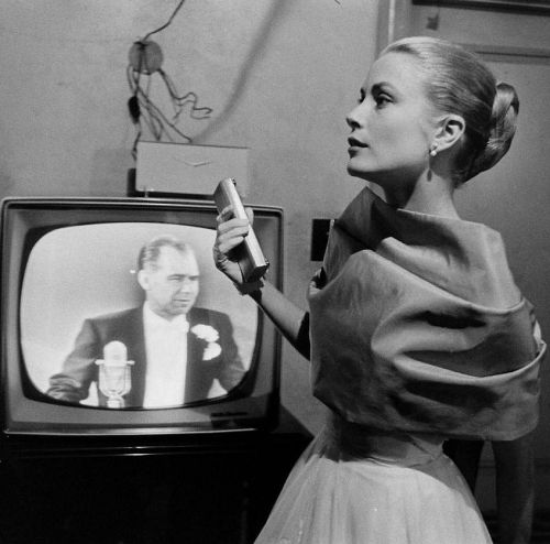 Grace Kelly backstage at her last Academy Awards show in 1956. Look at her waist!