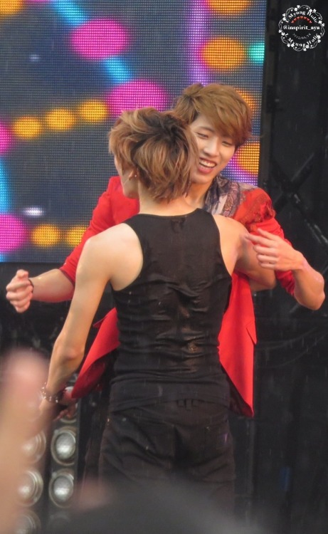 lmyungholic:  130519 USJ Sungyeol and Dongwoo  back looks good =p