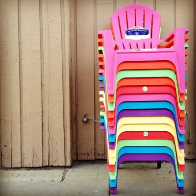 Rainbow of summer seating #igersusa #igers_usa #igerschicago #chicago #chihood #sidewalkshots (at The Crafty Beaver)