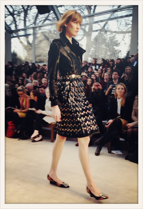 vogueparis:  Karlie Kloss au défilé Burberry automne-hiver 2013-2014 // Karlie Kloss walking for Burberry, Fall/Winter 2013-2014.