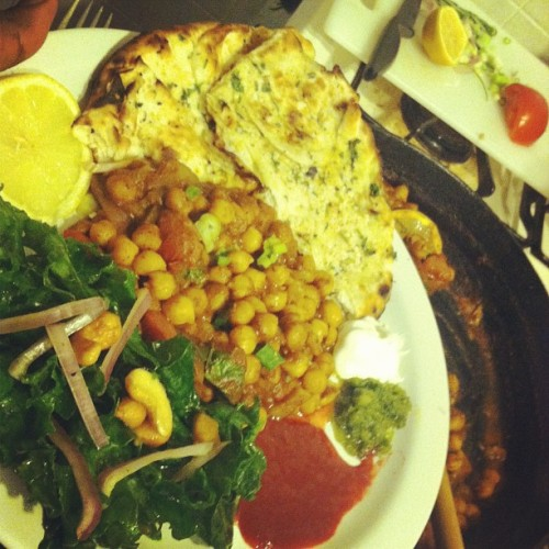 ༄Tonites entry is my homemade Chana Masala with a citrus and olive oil Kale side salad with honey cashews and peanuts. (Naan n chutney from the Raj Mahal) #indian #yummy #foodpics #foodporn #nomnomnomnom #fresh #homemade #cleaneats # dinner #bornappetit
