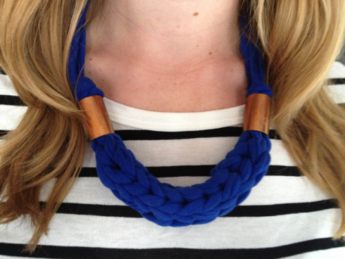 DIY Finger Knitting a Chunky Tee Shirt Yarn Necklace Tutorial from Thanks, I Made It here. Erin has a really good tutorial on finger knitting and I've posted other DIYs and tutorials here: truebluemeandyou.tumblr.com/tagged/finger-knitting