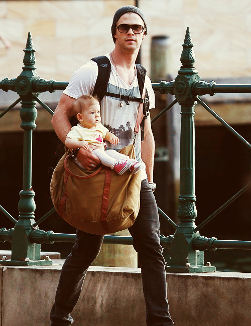 marielikestodraw:  OMG Chris Hemsworth how do you even carry your kid. What is this. /laughing