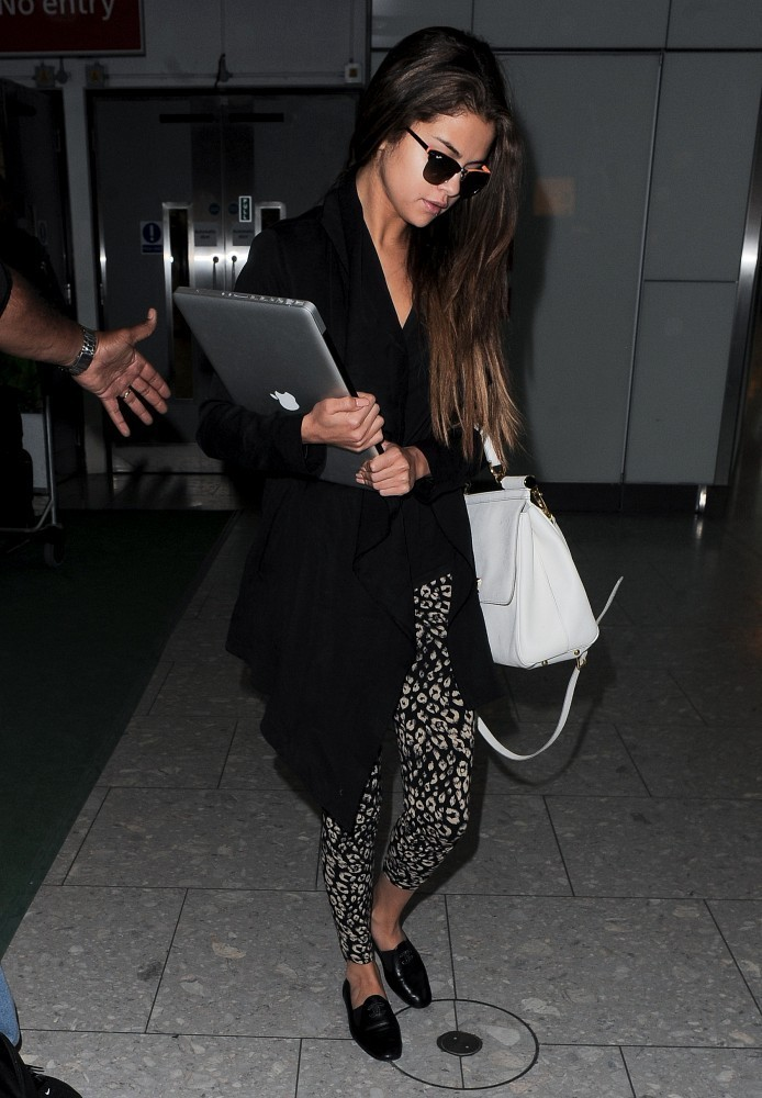 mirnah:  Selena Gomez arrives at Heathrow Airport on May 21, 2013.