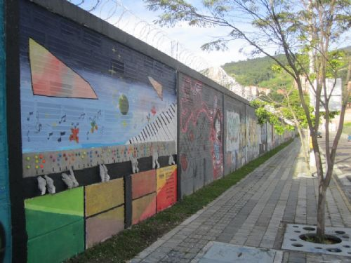 Street art on a perimeter wall. City/Town: Medellín Country: Latin America and the Caribbean Year: 2012 Copyright: UN-Habitat / A.Padrós