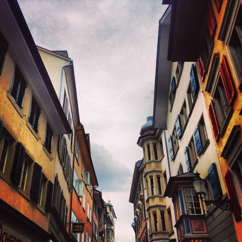 Street in Zurich #strasse #street #swiss #switzerland #europe #europa #street #zürich #zurich #vivid #lux #colors #sky #urban #architecture #design #iphoneonly #iphoneography #travel (at Zürich)