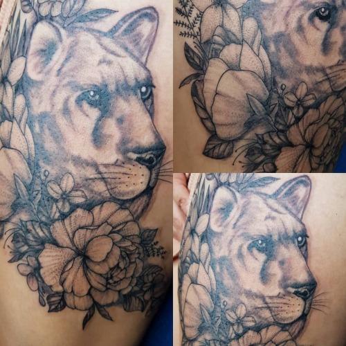 Leona y flores, diseño traído por el cliente, pertenece a @yarina.tattooing  #newtattoo #whipshading #blackworktattoo #befree  (en enriqueruiztattoo) https://www.instagram.com/p/CAvPEvwpiXY/?igshid=g3gugp8qy6u1 #newtattoo#whipshading#blackworktattoo#befree