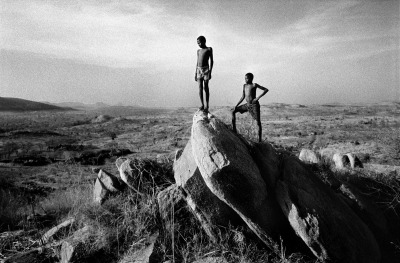 fotojournalismus:  Nyabroro Village, Nuba Mountains, Sudan, 1997. From the nuba in sudan [Credit : Francesco Zizola]