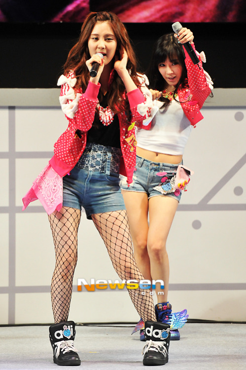 SeoFany @LG 3D Event It has wings Damn Hwang gimme that!