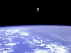 pabloestaqui:  Bruce McCandless cut a lonely figure over the Earth when he made a record-breaking journey via nitrogen-propelled jetpack in February 1984. He traveled 320 feet away from his spaceship, farther than any previous astronaut.  Photograph by NASA