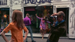 60sfashionandbeauty:  Still of Carnaby Street from the film Smashing Time, 1967. (♥)