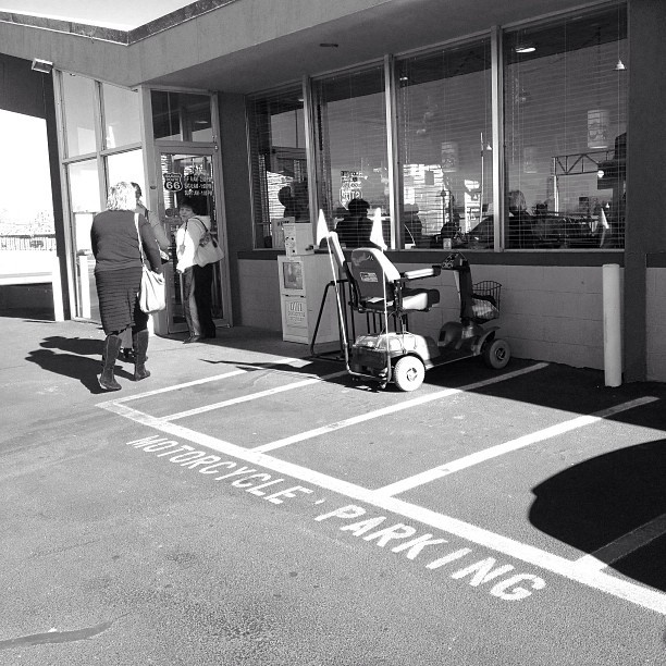 #motorcycle #parking #oldschool #badass @hueless #blackandwhite #monochrome #121212  (at Loyola's Family Restaurant)