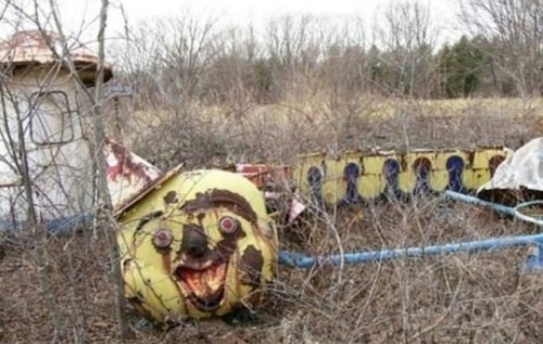 christopherrules:  lovely-denee:  motionburnsthemood:  Abandoned Amusement Park in New Orleans  whoaaa this looks scaryyyy  can't be real.