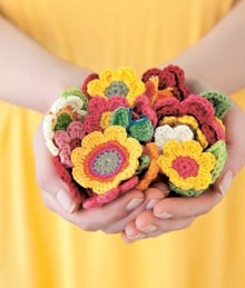somuchyarnsolittletime:  (via How to make colourful crocheted flowers | Crochet)