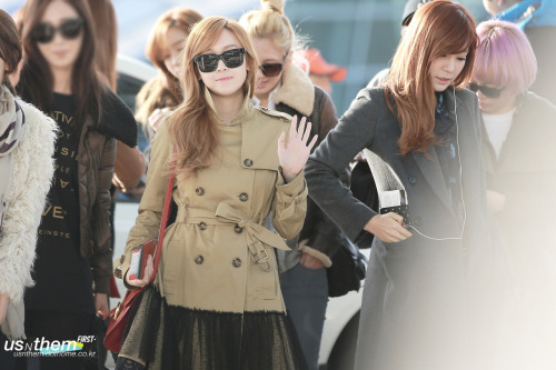 jessicadoingthings:  Jessica waving at lesser beings