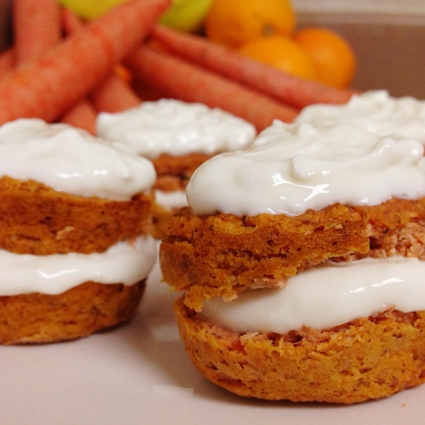blogilates:  FLOURLESS HEALTHY CARROT CAKE! Mini carrot cakes made with banana, almond flour, fresh carrots and almond milk! How amazing does this look? I just had a bite and it is suuuuuppppeer tasty!!!! Ingredients: 1 carrot, 1 banana, 6 tablespoons almond milk, 4 tablespoons almond flour, dash of baking powder. Mix together in a food processor or blender. Bake in the oven for 15 min at 350F. For the frosting, mix 1 tablespoon low fat cream cheese and 3 tablespoons Greek yogurt and 1 teaspoon honey. These are seriously amazing! Give it a try!  Yum!