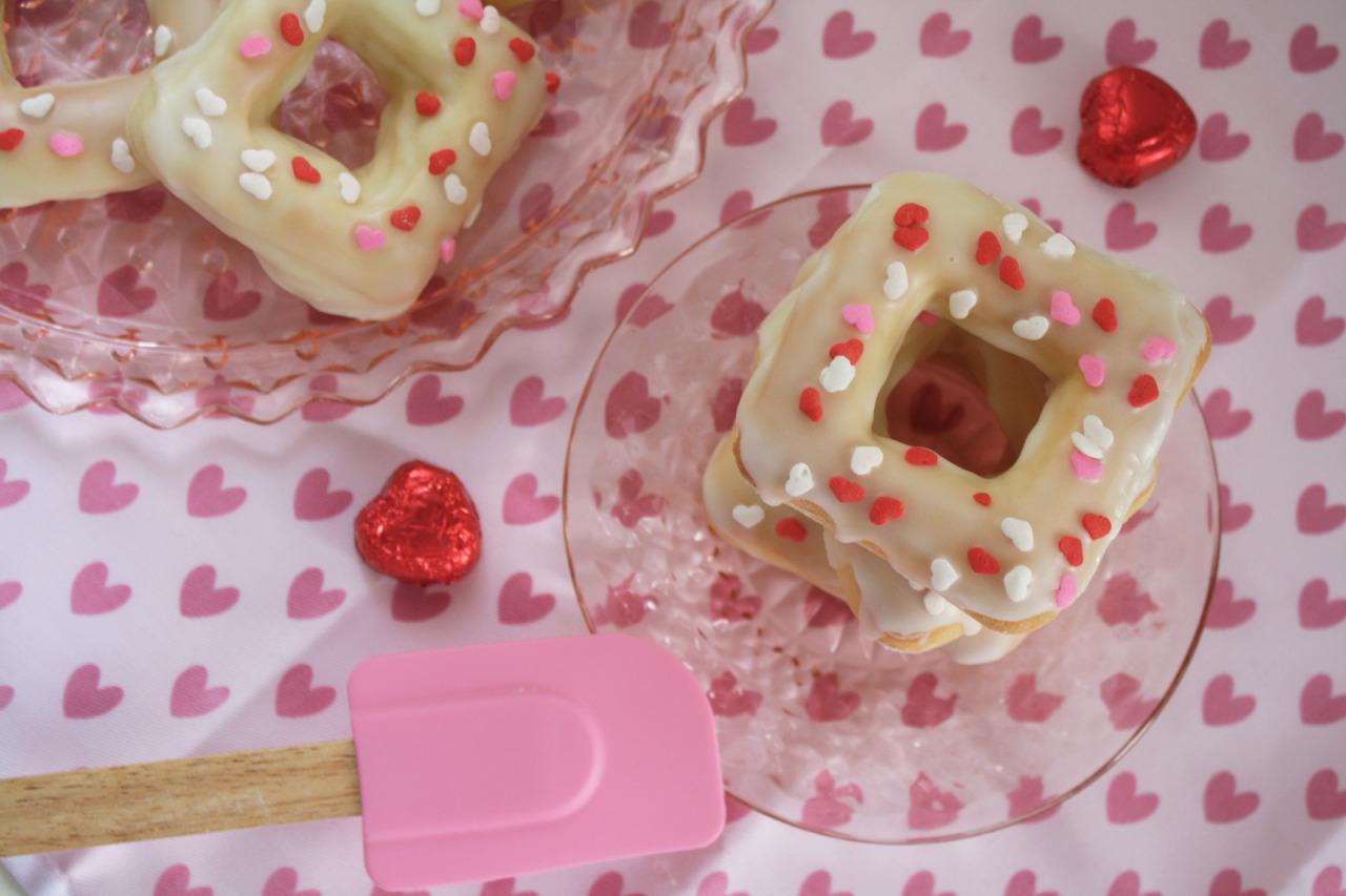 (via HONEY LOAF | Valentine's Day Donuts ♡)