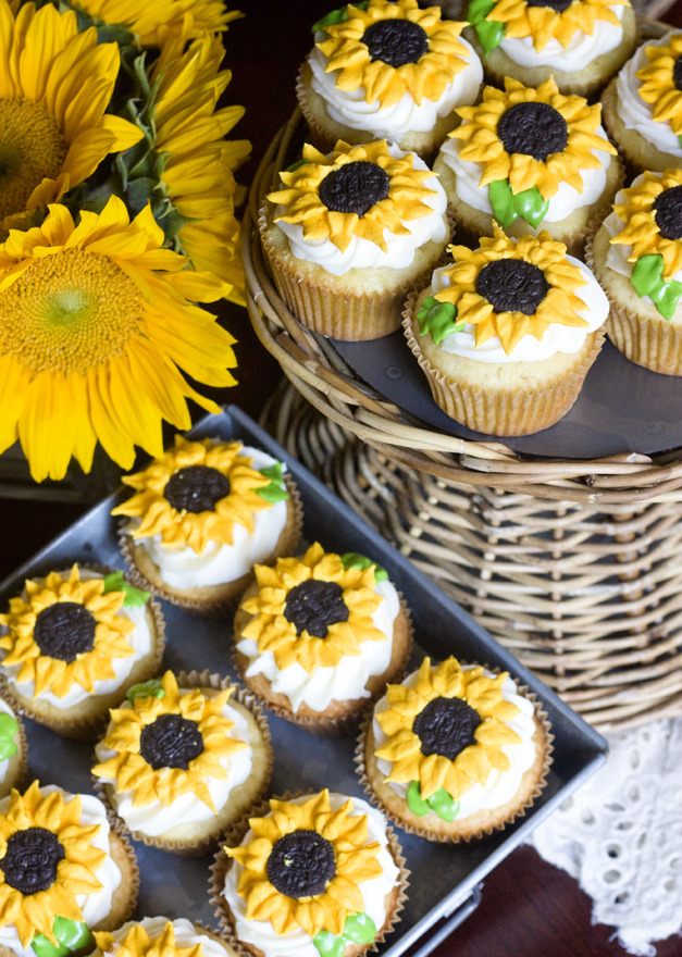 thecakebar:  Lemon Sunflower Cupcakes Tutorial (with mini oreo center)