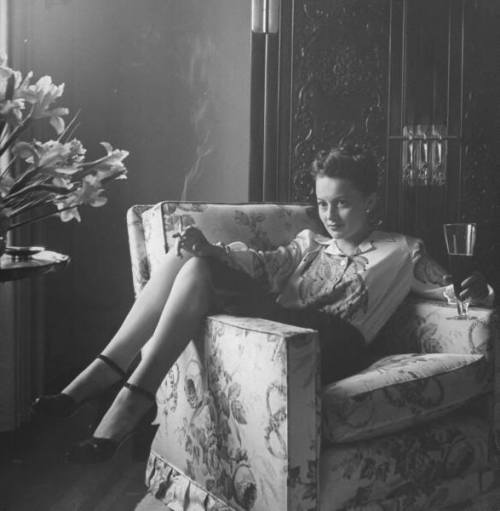 indypendent-thinking:  Olivia de Havilland (via Guess what's in the glass!)