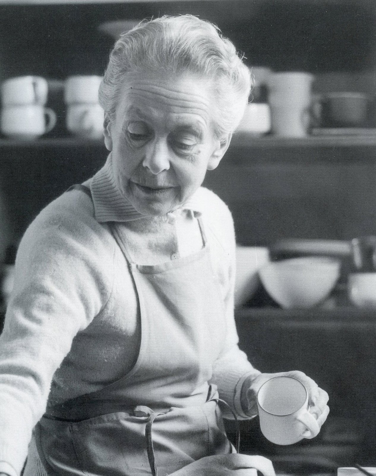 [+] craftkammer:  Lucie Rie 16 March 1902 – 1 April 1995 At work in her studio, late 80's