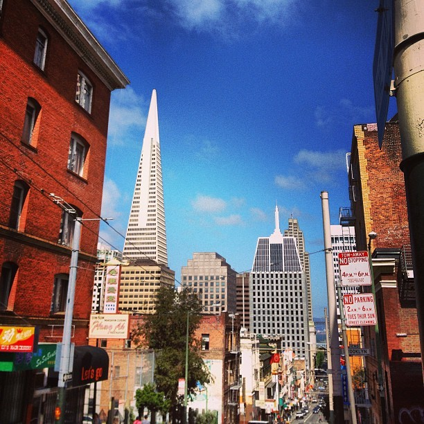 Chinatown view #chinatown #sanfrancisco #sunny #transamerica #bayarea #california (at Chinatown)