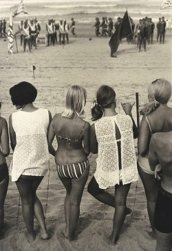 theswinginsixties:  Teenagers at a surf carnival, 1968. Photo by Hal Missingham.