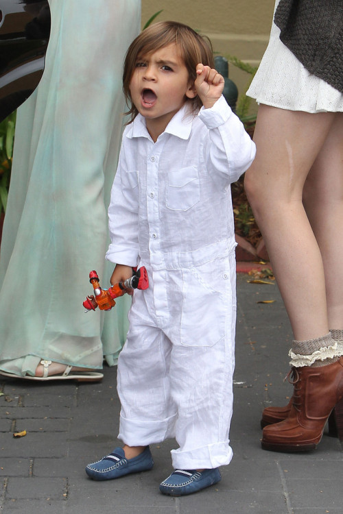 mason shouting 'no more pictures' at the paparazzi bless his soul