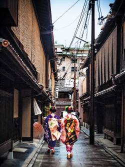 condenasttraveler:  Japan Travel Guide | Geishas in Kyoto  Beautiful!