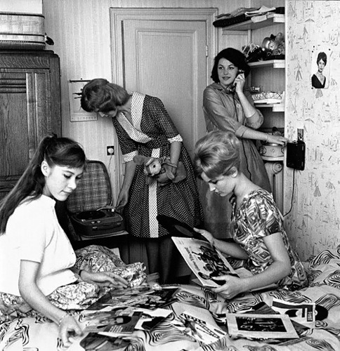 theswinginsixties:  Having a record party, 1960s.