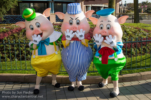 DLP Feb 2013 - Meeting the Three Little Pigs by PeterPanFan on Flickr.