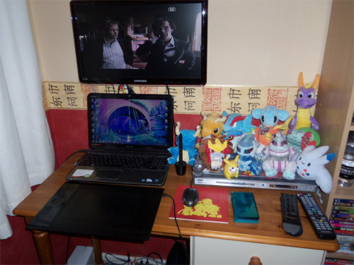 My workspace and tiny desk! If i had a desktop computer i'd be able to fit my tablet on the desk properly :T Basically POKEMON SOFT TOYS I also have a Wii and WiiU because i can't get rid of my Wii (glorified Gamecube) until Skies of Arcadia is available on the WiiU sometime. Someone needs to tell me what my boarder says and if it's upside down LIKE I HAVE NO IDEA. been like that for 10+ years :TTT