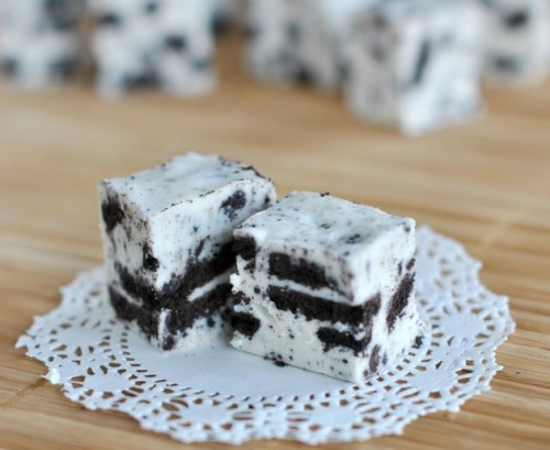 the-absolute-best-posts:  thecakebar: Oreo Fudge Recipe   This post has been featured on a 1000notes.com blog.  Omgosh looks awesomely yummy!!! *drools*