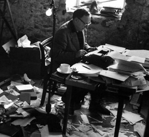 Robert Penn Warren His parents' house was full of books, and so was his grandfather's run-down tobacco farm, where young Warren spent his summers. His grandfather quoted classical poetry while he tended his vegetable and flower gardens. He sat with his grandson under a cedar tree on the farm and told him stories of fighting in the Confederate army, and drew pictures of the battles in the dirt.