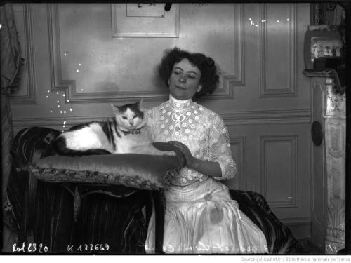 Mme Desroziers et son chat - Madame Deroziers and her cat, Agence Rol, 1908