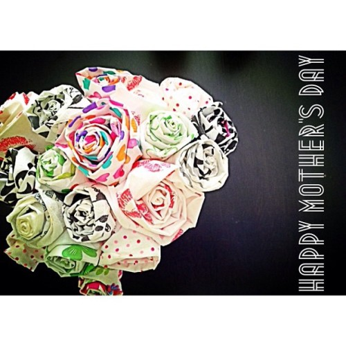 A bouquet of handmade paper roses for mum! 🌹 HAPPY MOTHER'S DAY to all the mummies :)