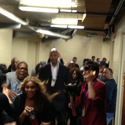 milesjai:  jankyass:   Beyoncé and Jay-Z backstage.  skipping out on the electric bill  Look at their faces. They bookin it. They knew exactly what they were doin.