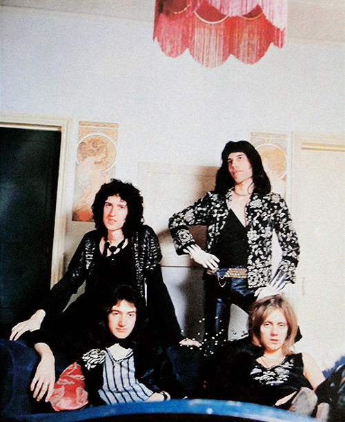 http://fuckyeahmercury.tumblr.com/post/49541262689/early-queen