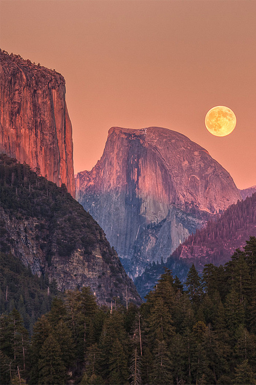vurtual:  Full Moon Rise Behind Half Dome (by Jeffrey Sullivan)  I was here about a year ago.