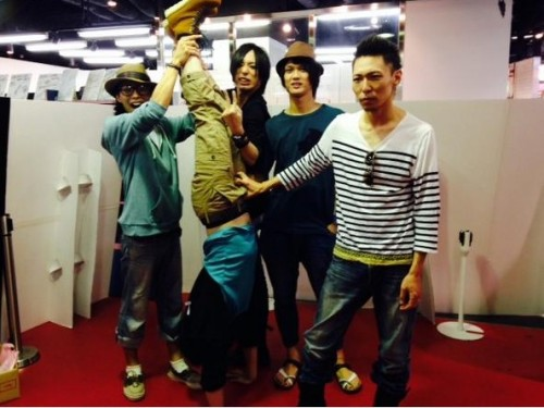 xelyna:  Pictures from Awoi's last in-store event in Osaka today. Shou finally got to grab Otogi's nuts XD;;