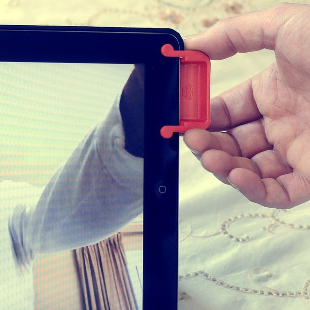 Magnetic iPad Sound Enhancer by SoundBender SoundBender is a magnetic, power-free iPad amplifier. Improve iPad sound quality and clarity with the SoundBender, as seen on ABC's Shark Tank! For iPad 2, iPad 3, and iPad with Retina display (4th generation). SoundBender 2.0 iPad amplifier is great for presentations, on-the-go, movie night or anytime. With no need for cumbersome wires or any power-source, SoundBender is truly a must have. It instantly improves your iPad® sound quality and clarity… try it once and you will never want to be without it! (vía Fancy)
