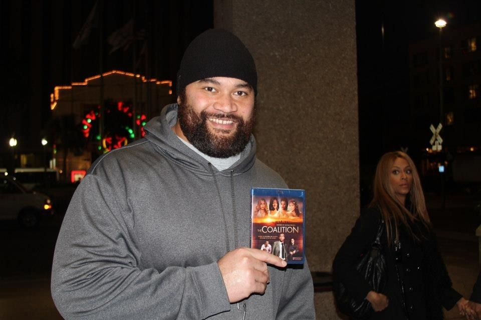 Pic: Beyonce Photobombs Super Bowl Champ, Haloti Ngata.