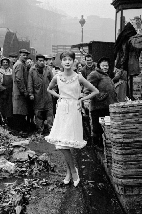 theburnthatkeepseverything:  anna—karina:  Anna at Les Halles in Paris. Shot by Frank Horvat for Jours de France, 1959.
