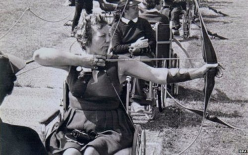 gunsandposes:  Margaret Maughan competing for gold in Rome's 1960 Paralympics. (BBC News)