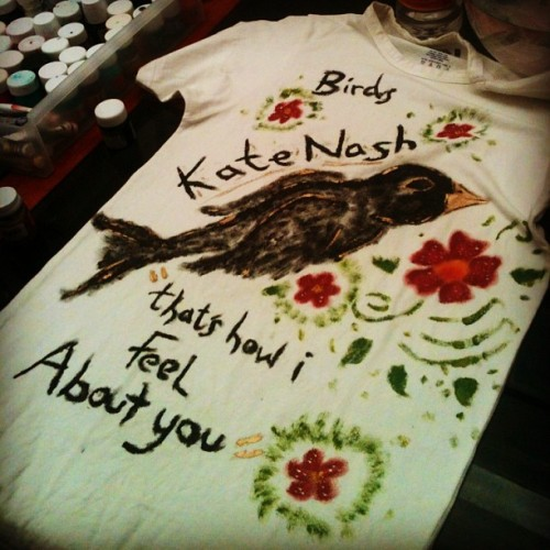 Lleve su playera para el concierto de Kate Nash. #KateNash #Birds #Bird #Gold #Paint