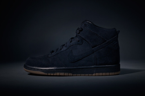 Another recent collaboration that is giving me thrills is the A.P.C. x Nike 2013 footwear summer collection! Here's my favorite piece, the tonal black Dunk Highs. The contrast between the dark suede uppers and the light brown gum rubber outsoles represents the clear clean touch of the french company at its best…absolutely a must have!