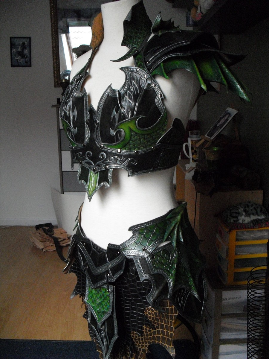 mererecorder:  Druchii female leather armor by ~Deakath