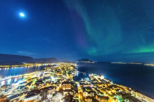 "'Blob' gives a boost to northern lights (Photo: Stian Rekdal) ""The Blob"" from the sun has come and gone, sparking nothing more than beautiful views of the northern lights — and there could be more blobs to come. Read the complete story."