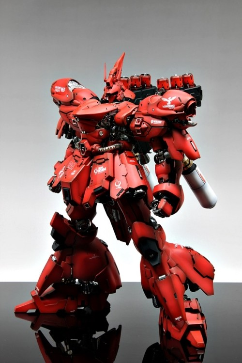 gunjap:  [GMG] 1/100 MSN-04 Sazabi: Painted Build. Full Photoreview No.14 Big Size Images. Latest Work by Suny Bunyhttp://www.gunjap.net/site/?p=130388  One of my favorite Mech designs. Sieg ZEON!!!